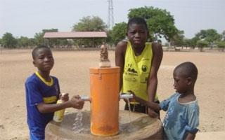 Presto Ibérica colabora con sus grifos en la construcción de una escuela en África