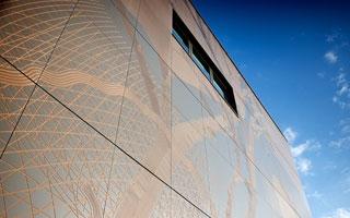 Las placas para aislamiento de fachadas de ROCKPANEL® adornan un edificio de la Universidad Sheffield Hallan