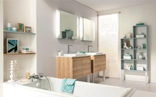Diseño de baños con efecto madera de Schmidt Cocinas