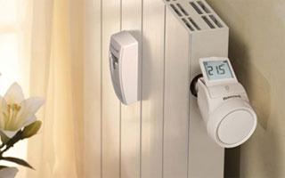 Repartidor de costes y válvula termostática digital de Honeywell instalado en un radiador