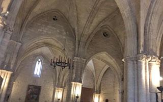 Enfriadores evaporativos Tecna en una iglesia. Detalle de los orificios circulares en bóvedas para la extracción del aire, favoreciendo renovaciones.